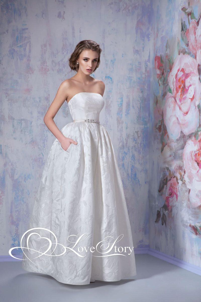 Свадебное платье из роскошной глянцевой ткани с лифом прямого кроя.