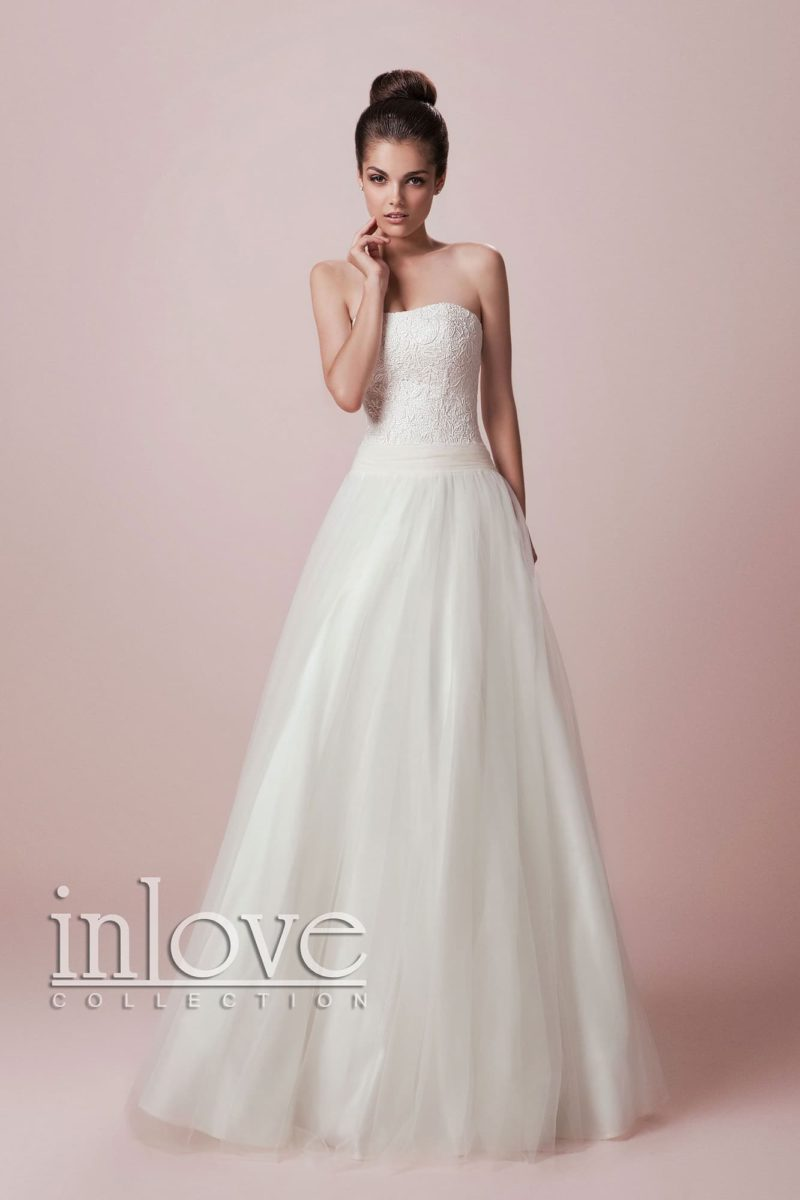 Сдержанное свадебное платье традиционного кроя «принцесса» с открытым корсетом.