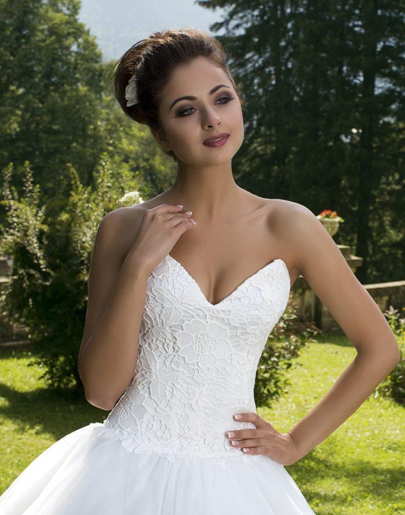 Воздушное свадебное платье с чувственным глубоким вырезом корсета, покрытого кружевом.