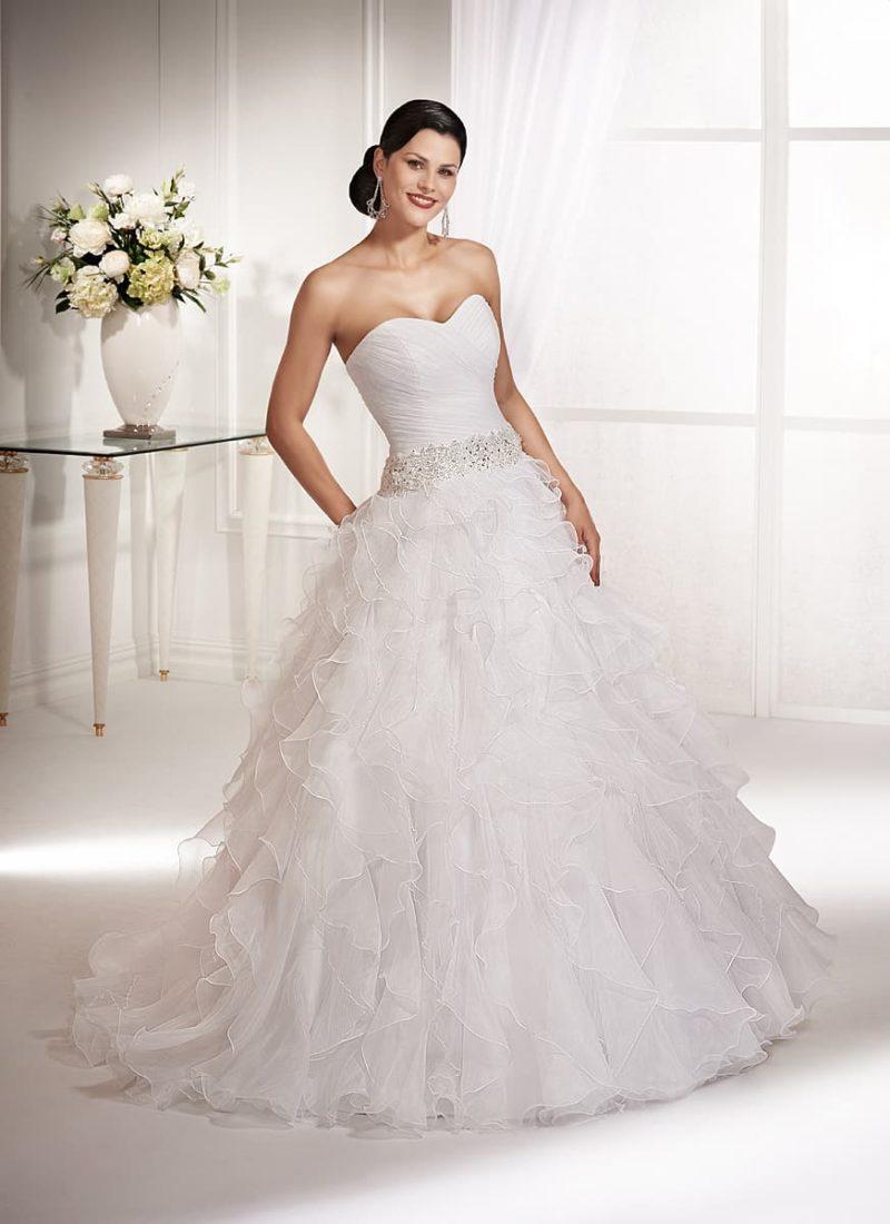 Кокетливое свадебное платье с широким поясом, расшитым бисером, и оборками по подолу.