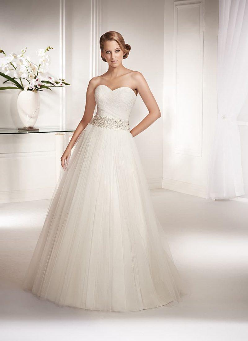 Лаконичное свадебное платье «принцесса» с драпировками по лифу и сияющим поясом на талии.
