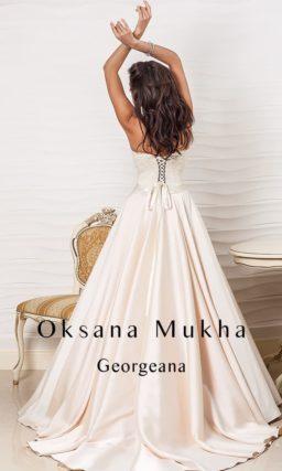 Атласное свадебное платье с длинным шлейфом и открытым кружевным верхом.