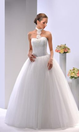 Оригинальное свадебное платье с воздушным подолом и фигурным V-образным вырезом.