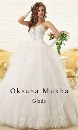 Элегантное свадебное платье с лифом в форме сердца и потрясающей пышной юбкой со шлейфом.