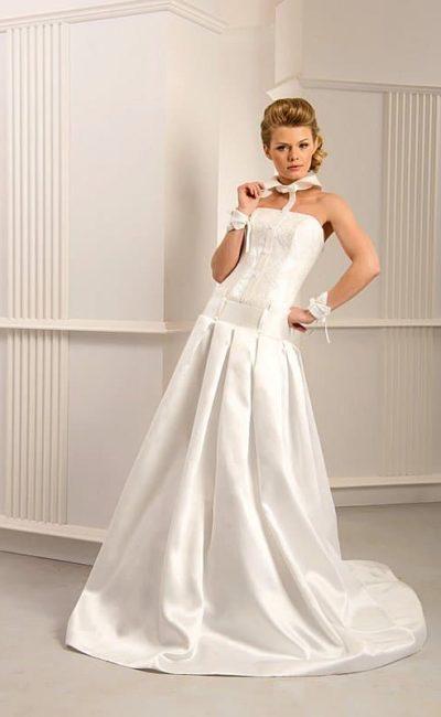 Необычное свадебное платье с открытым декольте и острым атласным воротником.