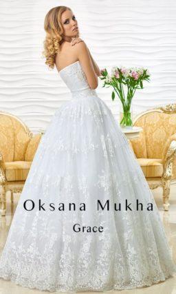 Кружевное свадебное платье с изящными драпировками по открытому корсету.