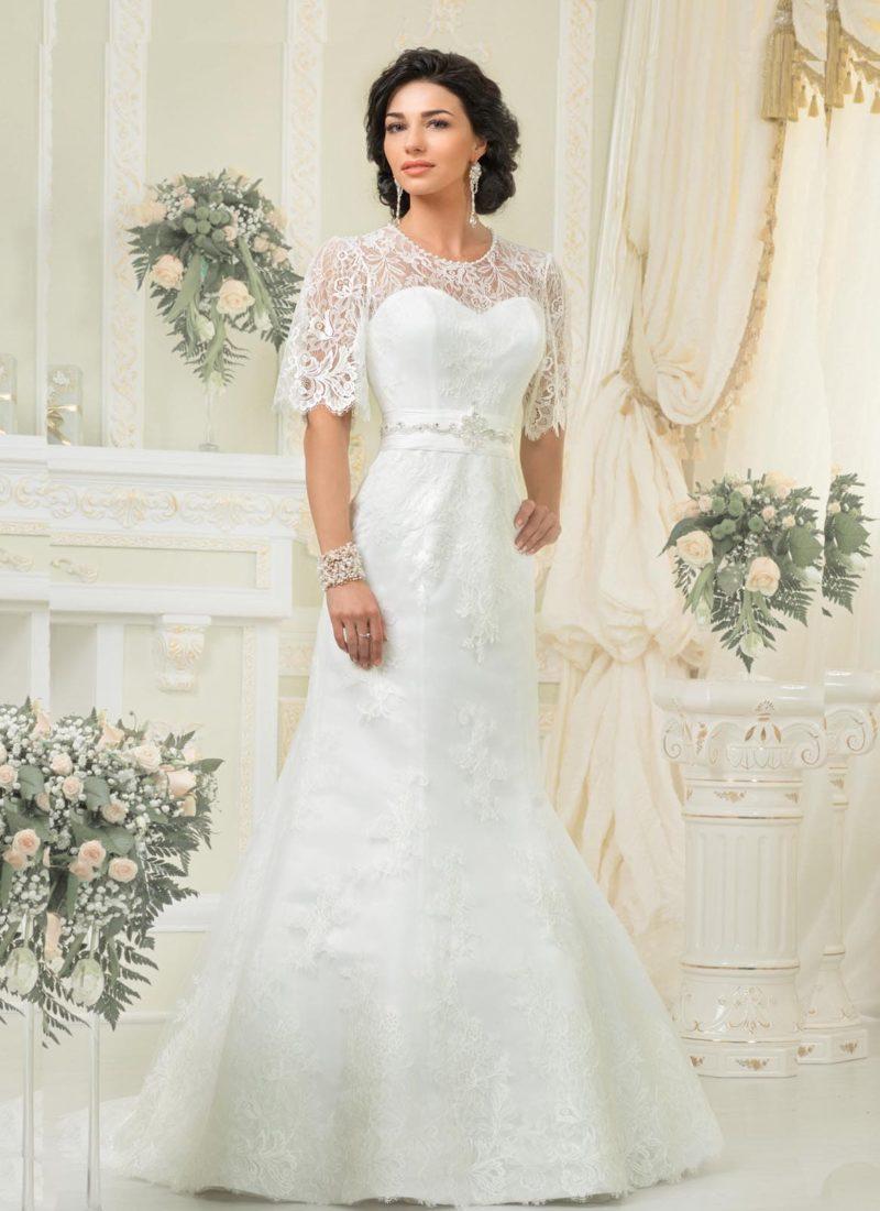 Свадебное платье «рыбка» с округлым вырезом и кружевными рукавами до локтя.