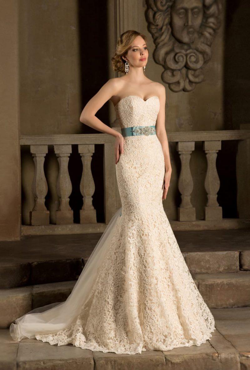 Кремовое свадебное платье «рыбка» с широким атласным поясом нежного бирюзового цвета.