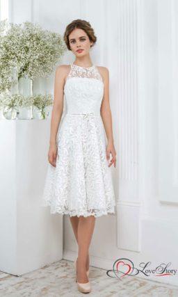 Ажурное свадебное платье длиной до колена с изящной американской проймой.