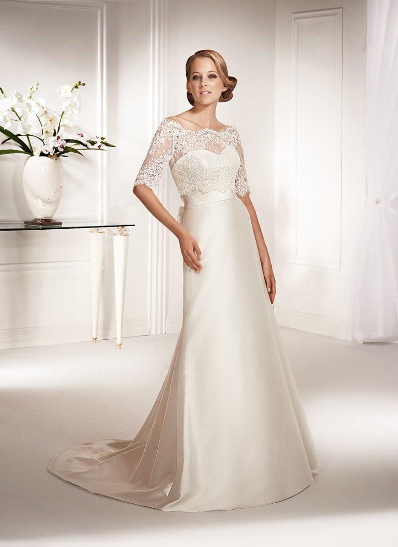 Атласное свадебное платье с широким поясом, завязанным сзади бантом, и кружевным декором верха.