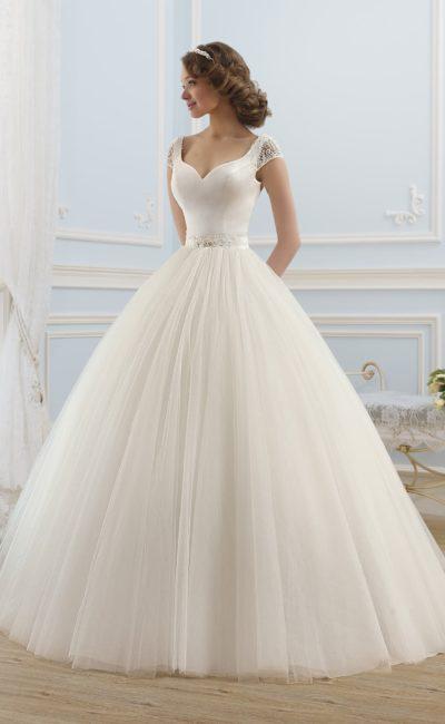 Элегантное свадебное платье в торжественном стиле, с открытым декольте и короткими рукавами.