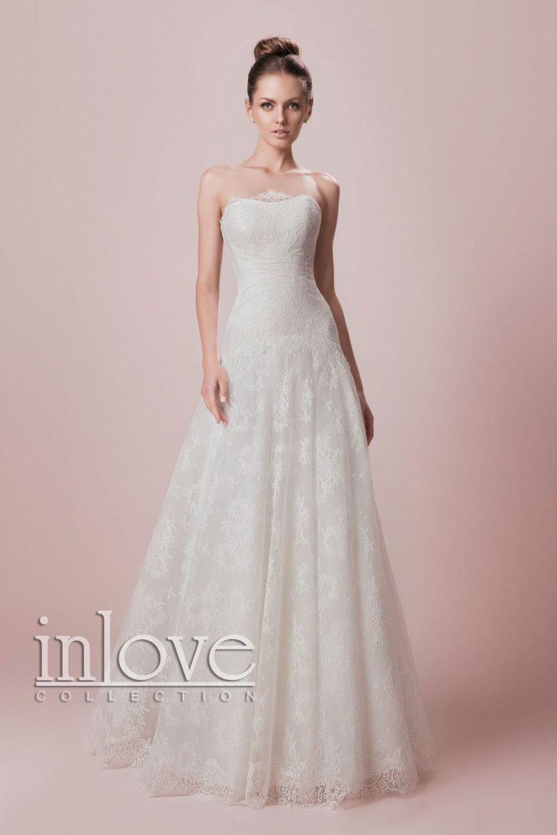 Изысканное свадебное платье А-кроя с открытым декольте и кружевной отделкой по всей длине.