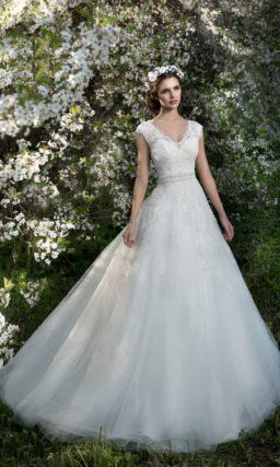 Кружевное свадебное платье с V-образным вырезом и широким поясом, украшенным бисером.