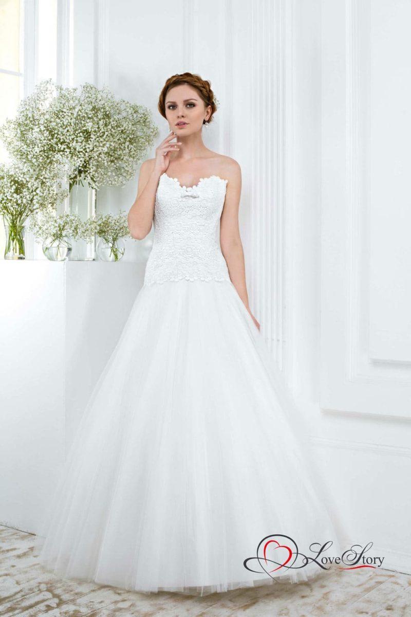 Свадебное платье с заниженной талией и фактурным кружевным корсетом.