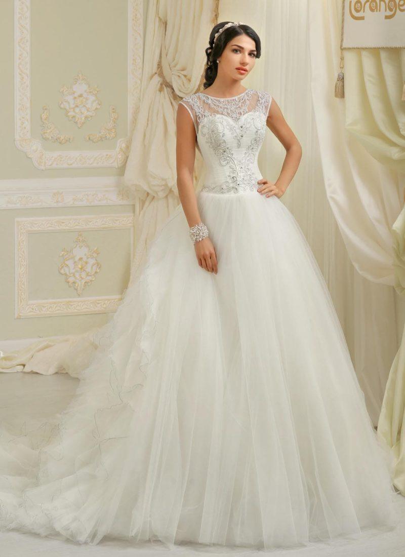 Романтичное свадебное платье пышного кроя с кружевной отделкой закрытого верха.