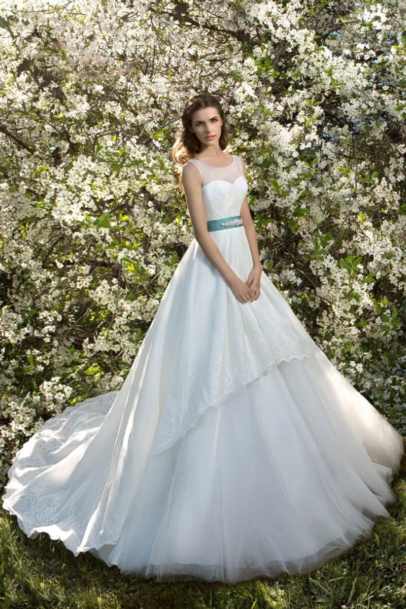Свадебное платье с многоярусной пышной юбкой и атласным поясом бирюзового цвета.
