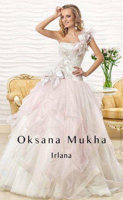 Пышное свадебное платье с открытым атласным корсетом с асимметричной бретелью и цветным верхом подола.