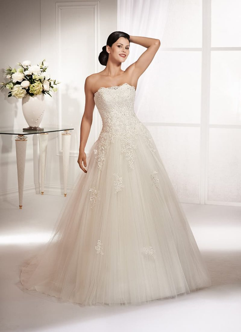 Свадебное платье оттенка слоновой кости, с открытым корсетом, декорированным кружевом.