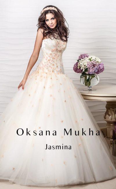 Нежное свадебное платье пышного кроя с цветными аппликациями на открытом корсете.