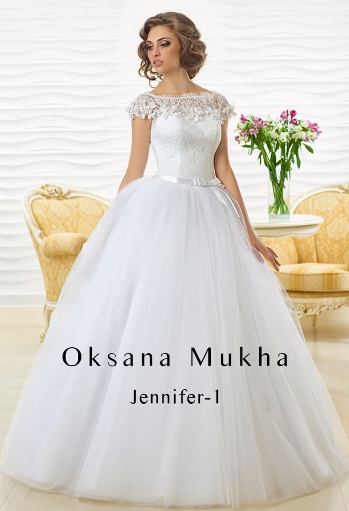 Шикарное свадебное платье с воздушной юбкой и фигурным рукавом из кружева.