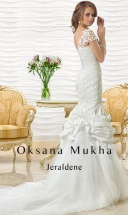 Драматичное свадебное платье «рыбка» с пышной отделкой подола.