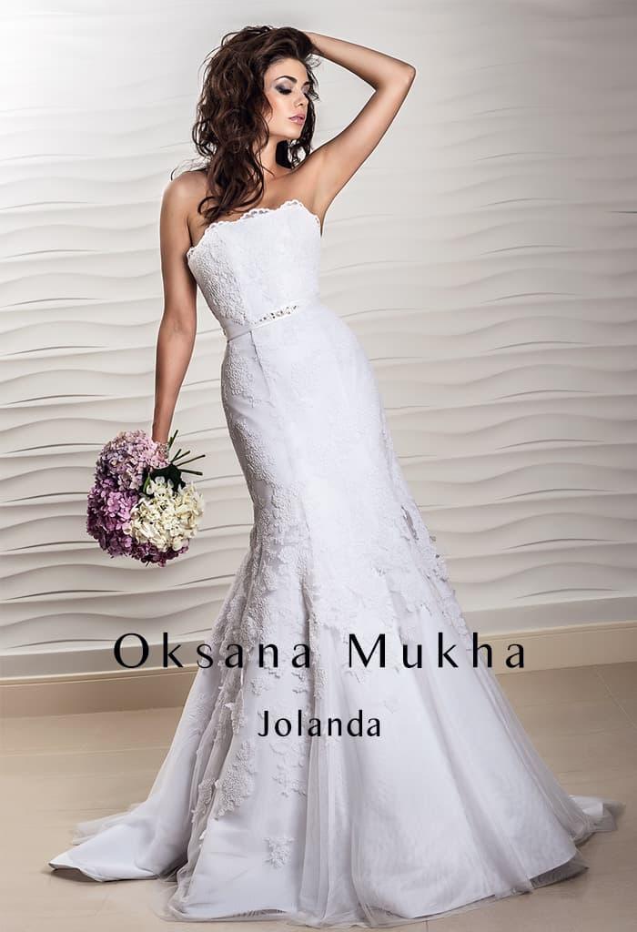 Кружевное свадебное платье «рыбка» с изящным поясом на талии.