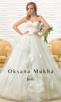Роскошное свадебное платье с открытым корсетом и потрясающей отделкой многослойной юбки.