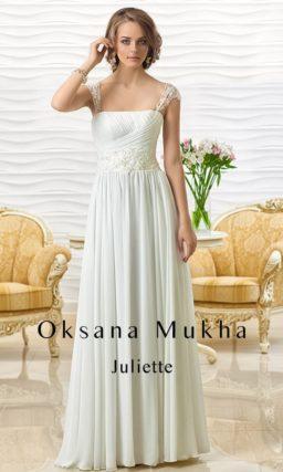 Ампирное свадебное платье с узкими кружевными бретелями и вышивкой.