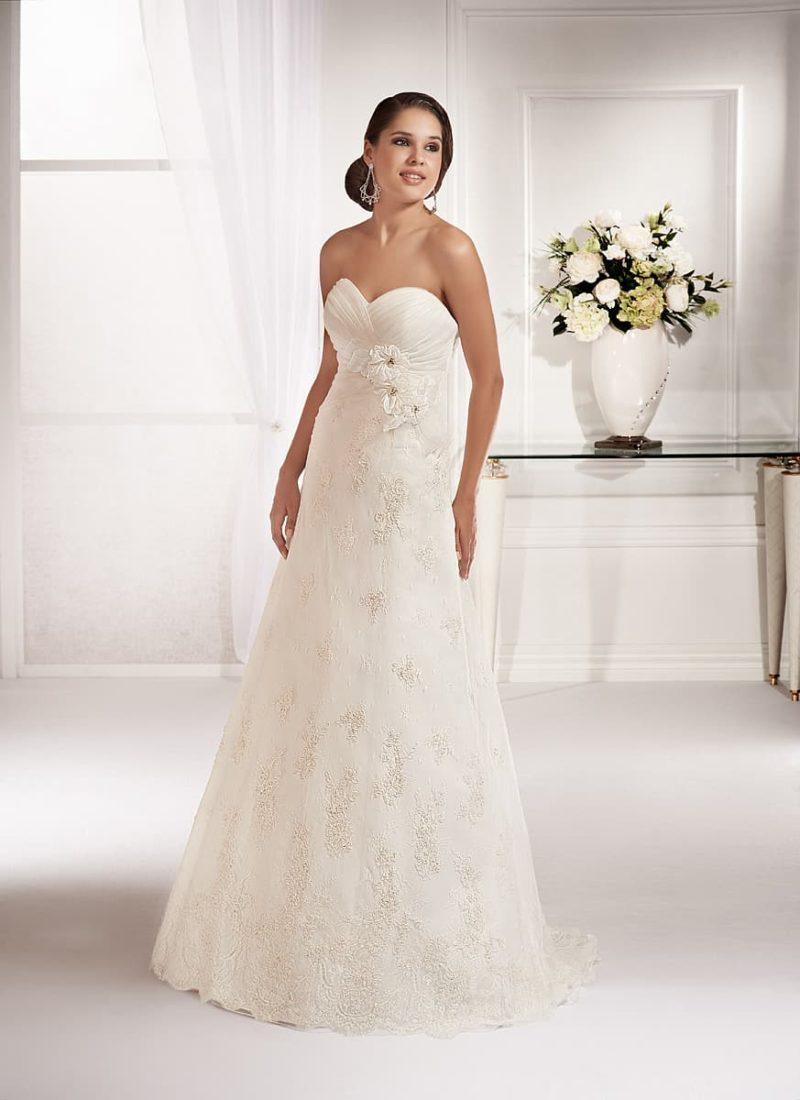 Свадебное платье «принцесса» с драпировками на лифе и поясом, украшенным бутонами.