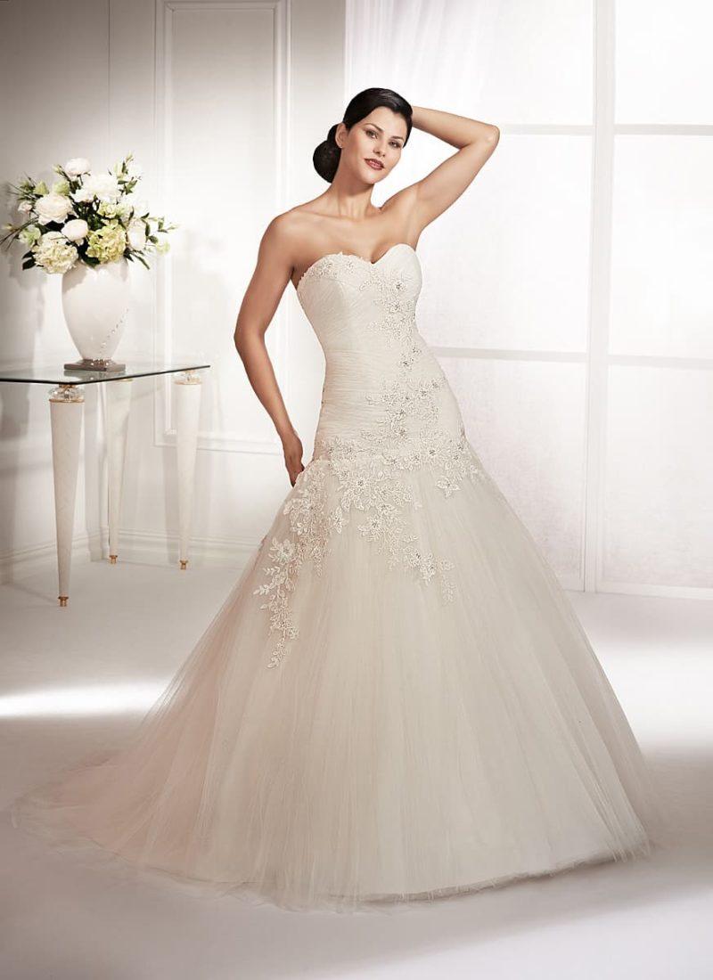 Свадебное платье с заниженной талией и вырезом в форме сердечка.