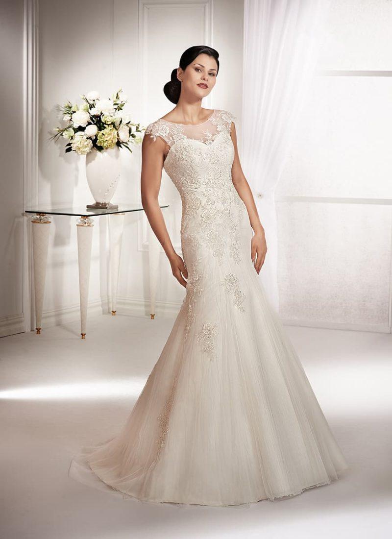 Свадебное платье «русалка», покрытое кружевными аппликациями, с округлым вырезом.