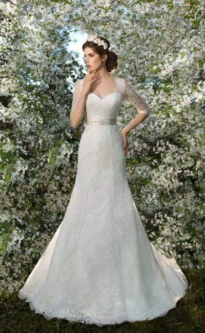 Свадебное платье «рыбка» с фигурным вырезом и широким поясом из кремового атласа.