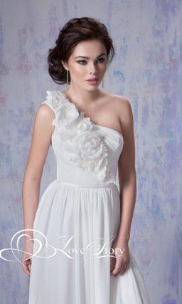 Свадебное платье с кокетливой асимметричной бретелью и прямой юбкой.