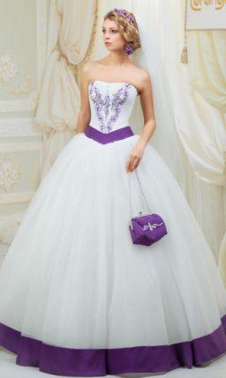 Необычное свадебное платье с цветной вышивкой по корсету и атласной полосой декора по юбке.