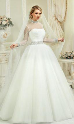 Стильное свадебное платье пышного кроя с длинным рукавом и высоким воротником, покрытым стразами.
