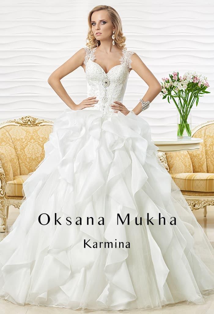Романтичное свадебное платье с легкими волнами по подолу и широкими бретелями над лифом.