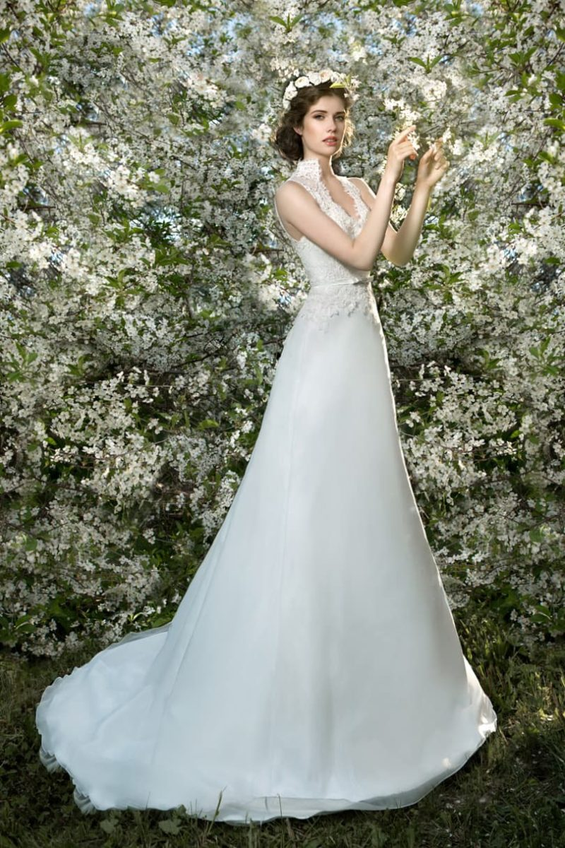 Свадебное платье «принцесса» с V-образным вырезом и воротником-стойкой из кружева.