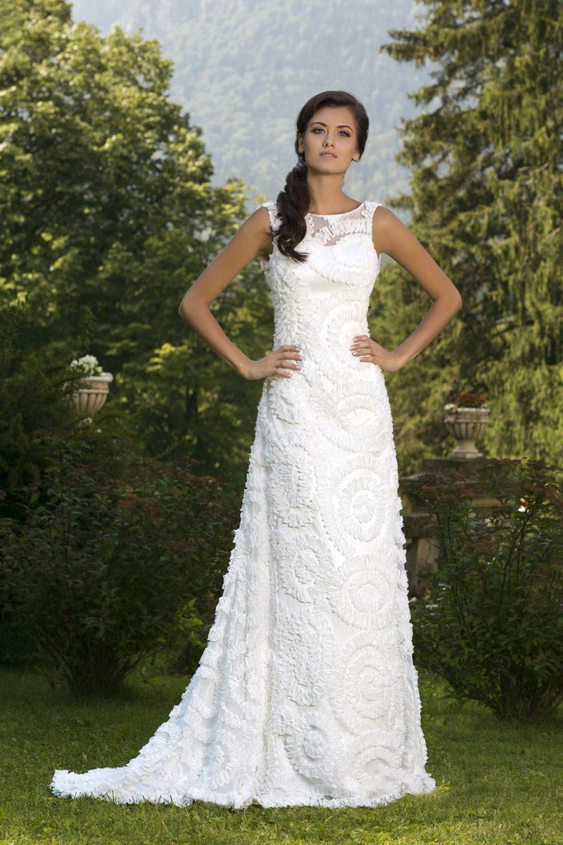 Необычное свадебное платье прямого кроя покрыто по всей длине вышивкой объемной тесьмой.