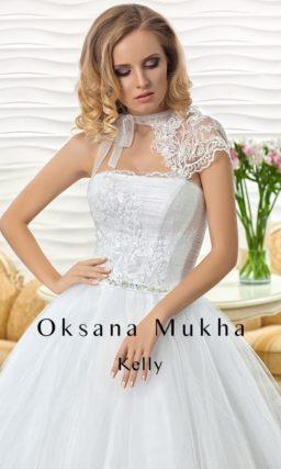 Очаровательное пышное свадебное платье с асимметричным кружевным верхом.