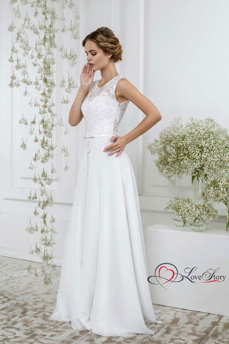 Лаконичное свадебное платье прямого кроя с лифом, декорированным тонкой тканью.