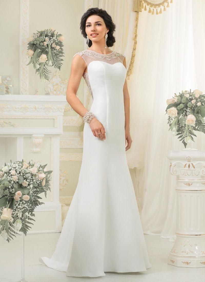 Соблазнительное свадебное платье из атласной ткани с кружевными вставками по бокам и над лифом.