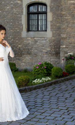 Великолепное свадебное платье с облегающими рукавами и V-образным декольте.