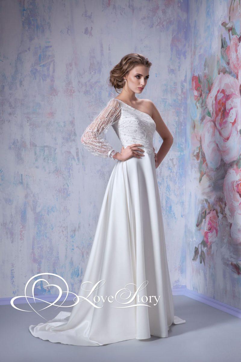 Свадебное платье с асимметричным лифом с длинным прозрачным рукавом.