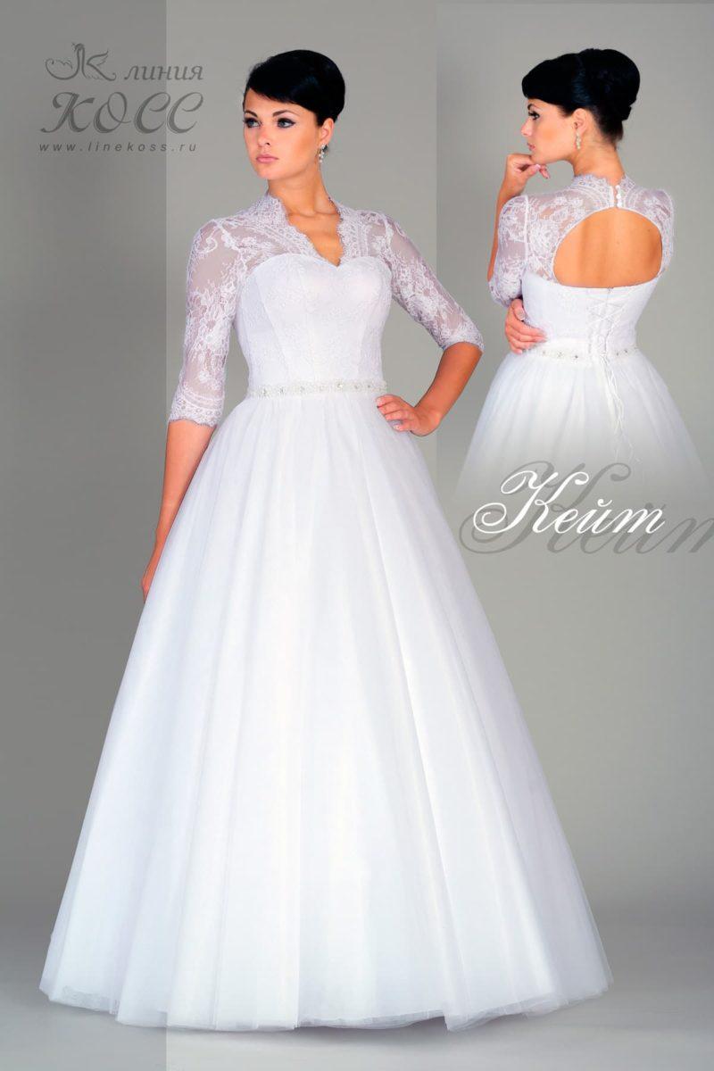 Классическое свадебное платье с юбкой А-кроя, оформленное сверху кружевом.