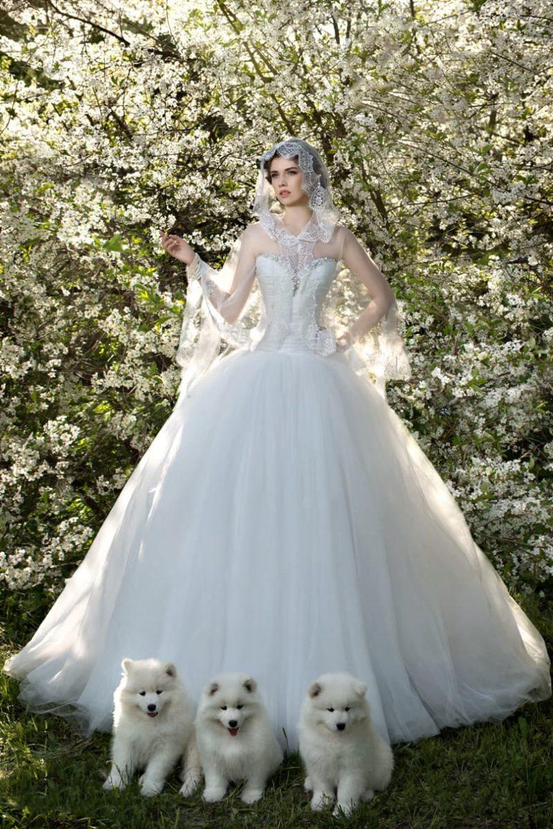 Эксцентричное свадебное платье с пышным подолом и полупрозрачным кружевным капюшоном.