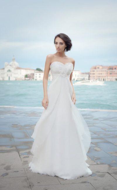 Ампирное свадебное платье с открытым лифом в форме сердца и многослойной юбкой.