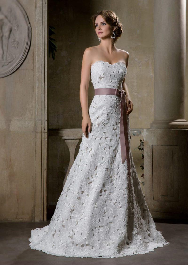 Свадебное платье «рыбка» с отделкой фактурной кружевной тканью и атласным поясом на талии.