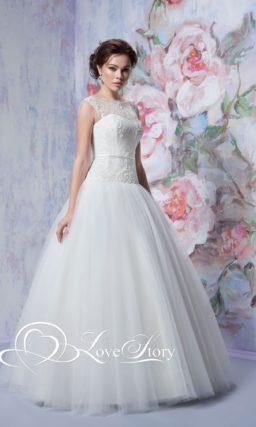 Пышное свадебное платье с лифом, покрытым объемным кружевом, и узким поясом.