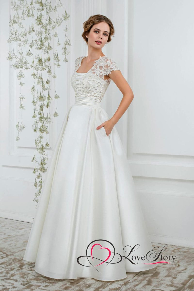 Женственное свадебное платье с пышной юбкой с карманами и коротким рукавом.