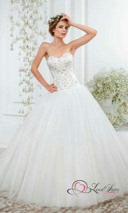 Торжественное свадебное платье с атласным корсетом, покрытым вышивкой.